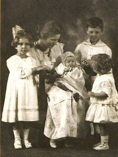 G 3  Frieda,baby Gertrude,Karl,LouiseSch  Aunt Louise&kids